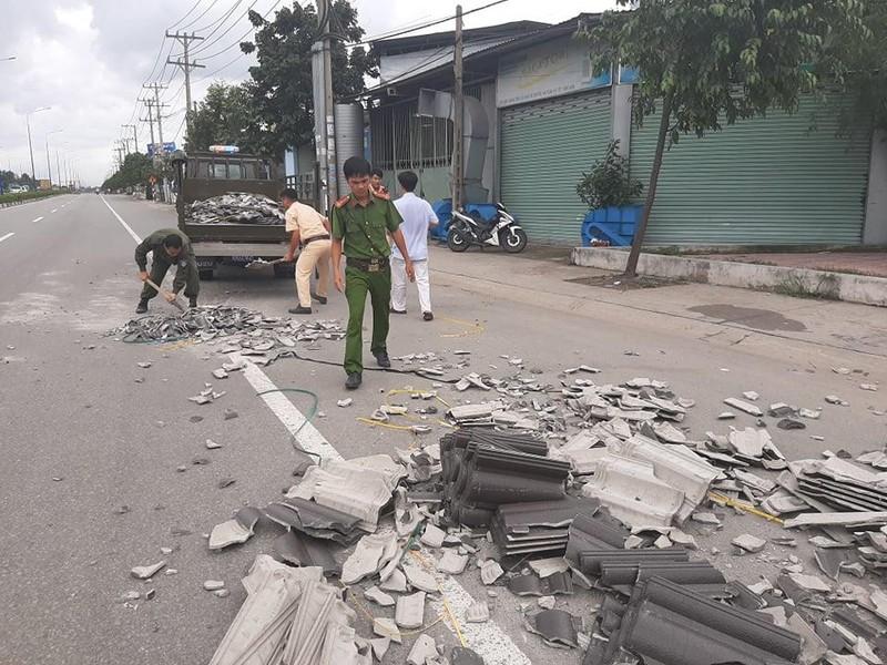 CSGT Bình Dương nhặt hàng trăm viên ngói rơi trên đường - ảnh 2