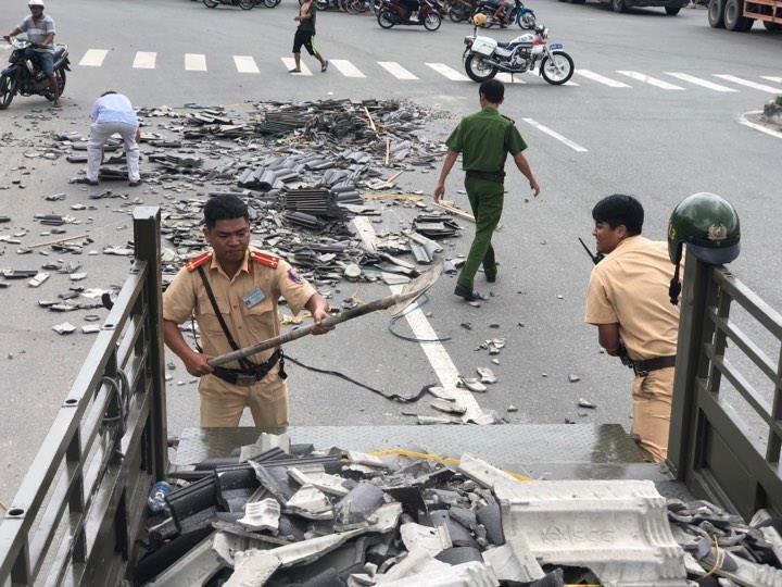 CSGT Bình Dương nhặt hàng trăm viên ngói rơi trên đường - ảnh 1