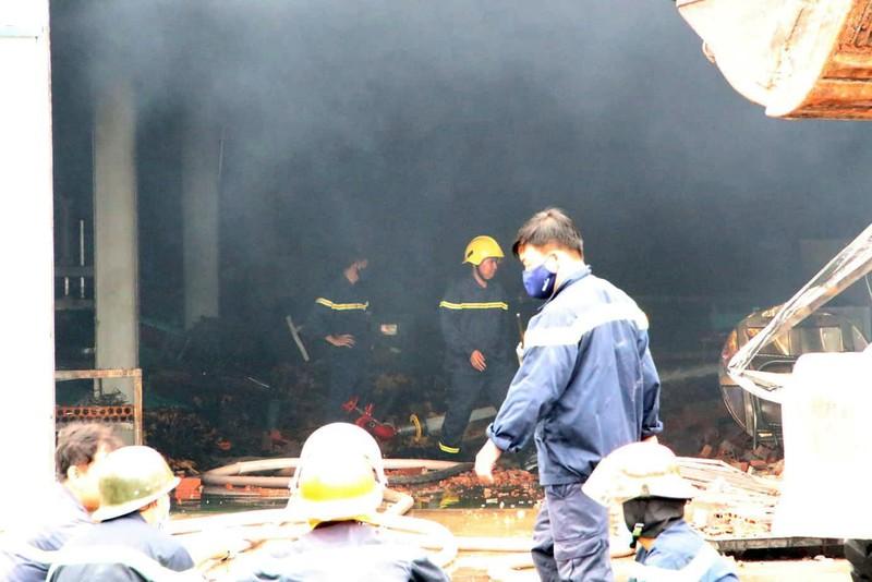 Công ty gỗ tại Bình Dương cháy dữ dội giữa mưa - ảnh 1