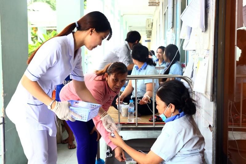 Hàng loạt công nhân đi cấp cứu vì hít phải thuốc diệt mọt - ảnh 1