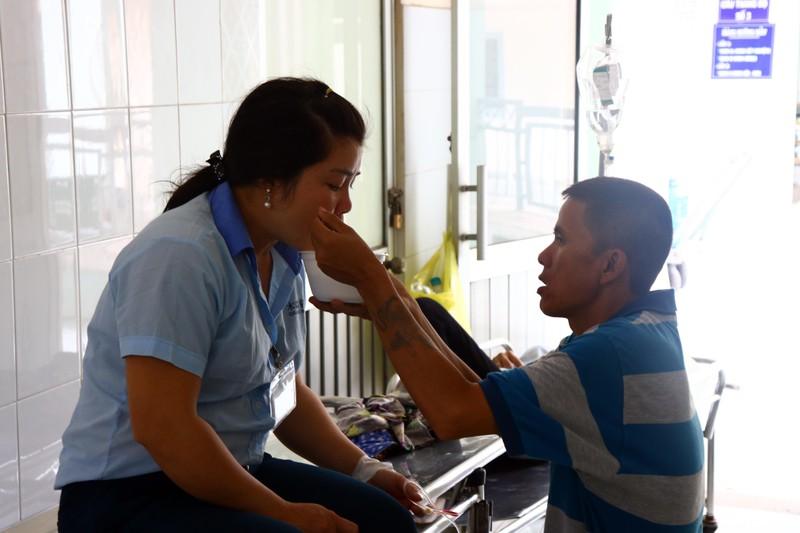 Hàng loạt công nhân đi cấp cứu vì hít phải thuốc diệt mọt - ảnh 2