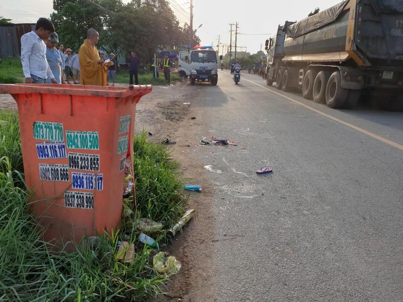 Bé gái ở Bình Dương chết thảm vì thùng rác bên đường - ảnh 1