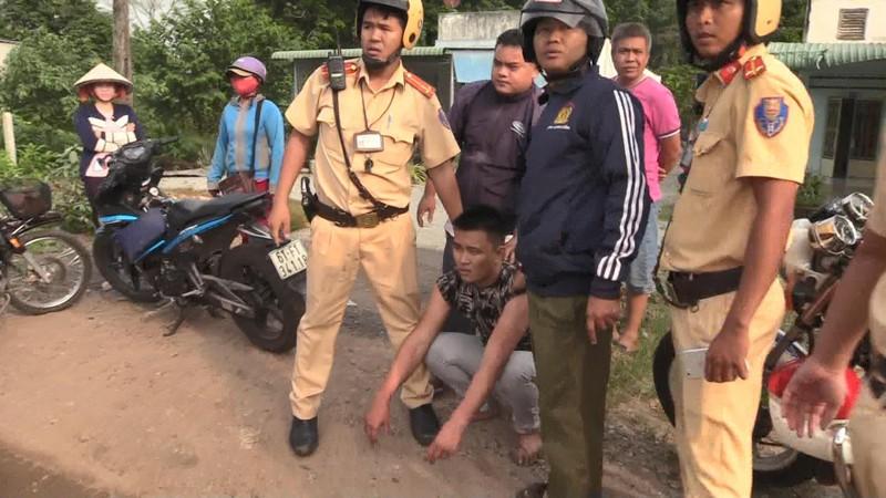 Truy đuổi 40 km bắt tài xế dương tính với ma tuý ở Bình Dương - ảnh 2