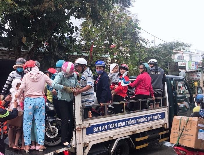 Hàng trăm chiến sĩ công an giúp dân tránh ngập ở Bình Dương  - ảnh 2