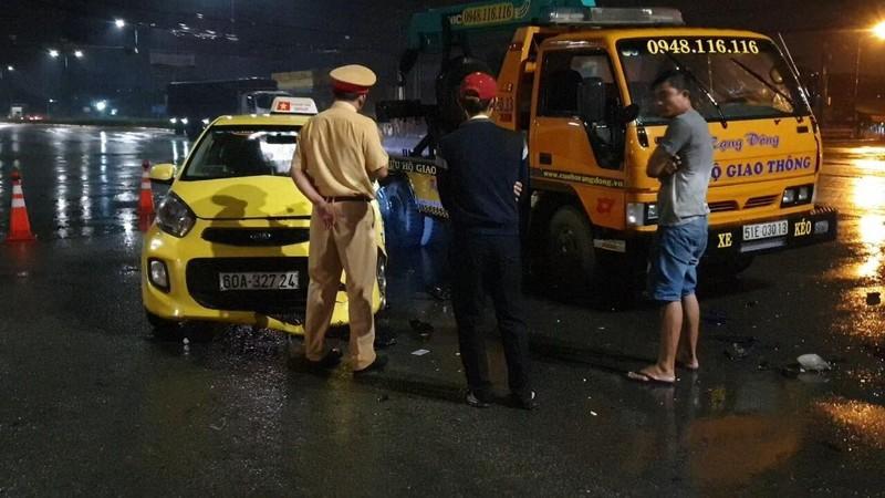 Ô tô cứu hộ đang dừng vì tai nạn thì taxi tông vào - ảnh 1