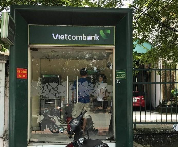 Cô gái bị cướp khi đang rút tiền tại trụ ATM - ảnh 1