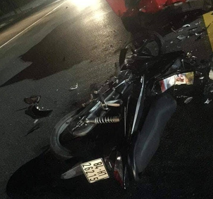 2 thanh niên nguy kịch khi tông xe PCCC ở Bình Dương - ảnh 2