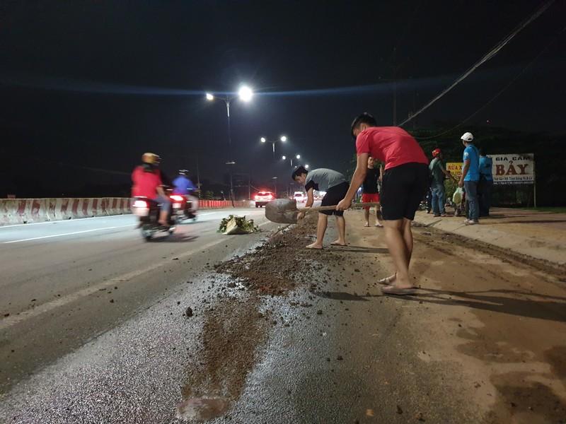 Người dân Bình Dương ngã 'sấp mặt' vì nhớt đổ trên đường - ảnh 8