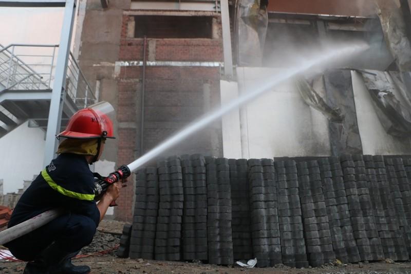 Bình Dương: Công ty bánh kẹo bốc cháy dữ dội - ảnh 3