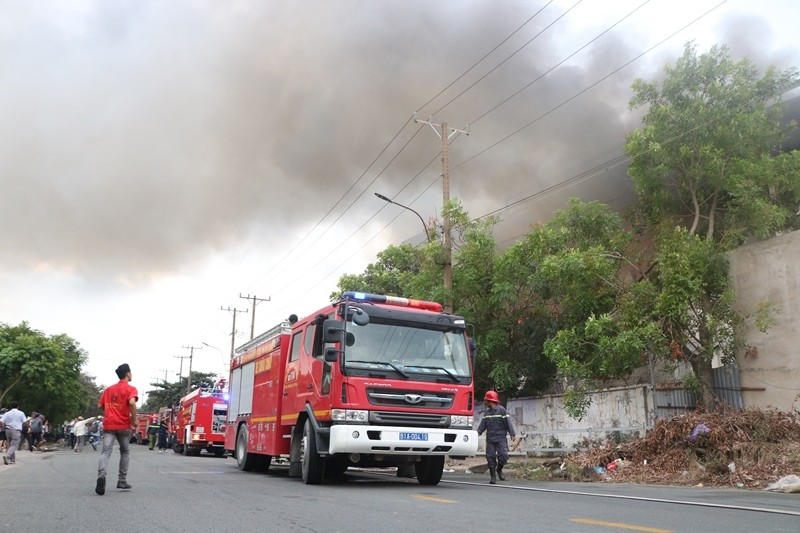 Bình Dương: Công ty bánh kẹo bốc cháy dữ dội - ảnh 1