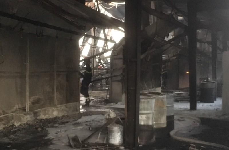 Công ty gỗ ở Bình Dương bị cháy rụi lúc rạng sáng - ảnh 2