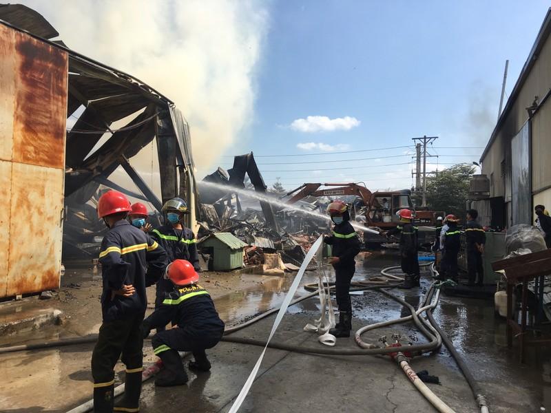 Hai công ty liền nhau ở Bình Dương cháy dữ dội - ảnh 6