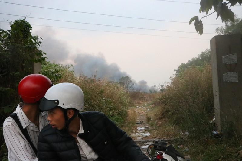 Người dân Bình Dương đổ xô đi xem cháy lớn ở bãi rác - ảnh 1