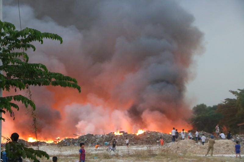 Người dân Bình Dương đổ xô đi xem cháy lớn ở bãi rác - ảnh 11