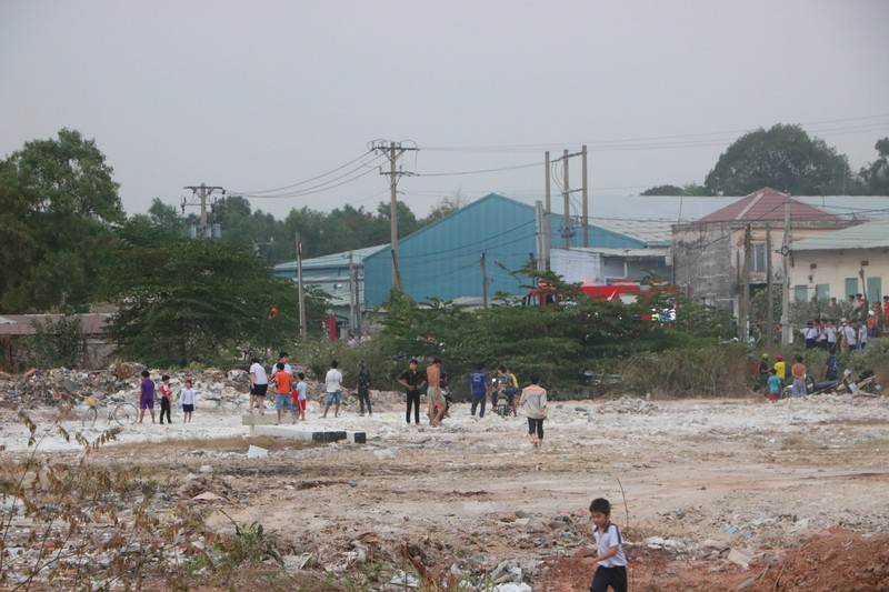 Người dân Bình Dương đổ xô đi xem cháy lớn ở bãi rác - ảnh 10