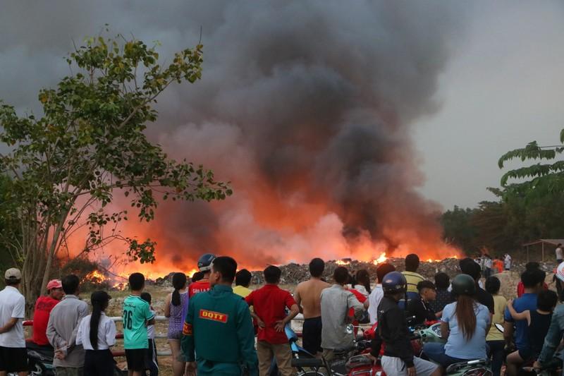 Người dân Bình Dương đổ xô đi xem cháy lớn ở bãi rác - ảnh 7