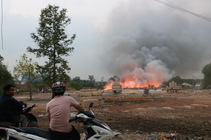 Người dân Bình Dương đổ xô đi xem cháy lớn ở bãi rác - ảnh 8