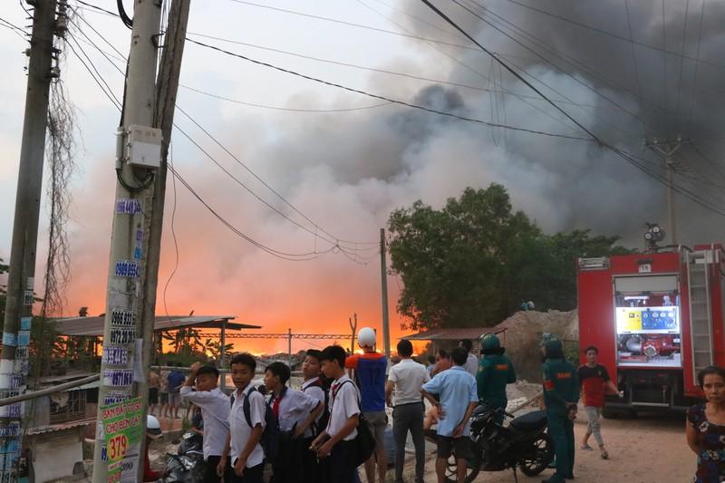Người dân Bình Dương đổ xô đi xem cháy lớn ở bãi rác - ảnh 9