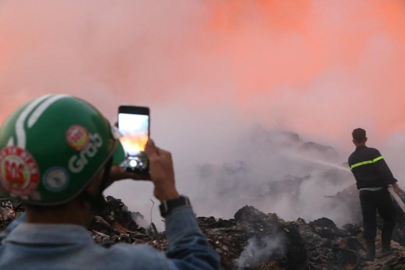 Người dân Bình Dương đổ xô đi xem cháy lớn ở bãi rác - ảnh 3