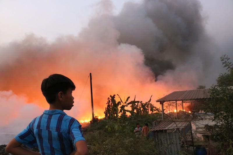 Người dân Bình Dương đổ xô đi xem cháy lớn ở bãi rác - ảnh 13