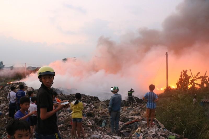 Người dân Bình Dương đổ xô đi xem cháy lớn ở bãi rác - ảnh 12