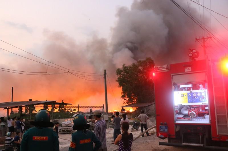 Người dân Bình Dương đổ xô đi xem cháy lớn ở bãi rác - ảnh 5