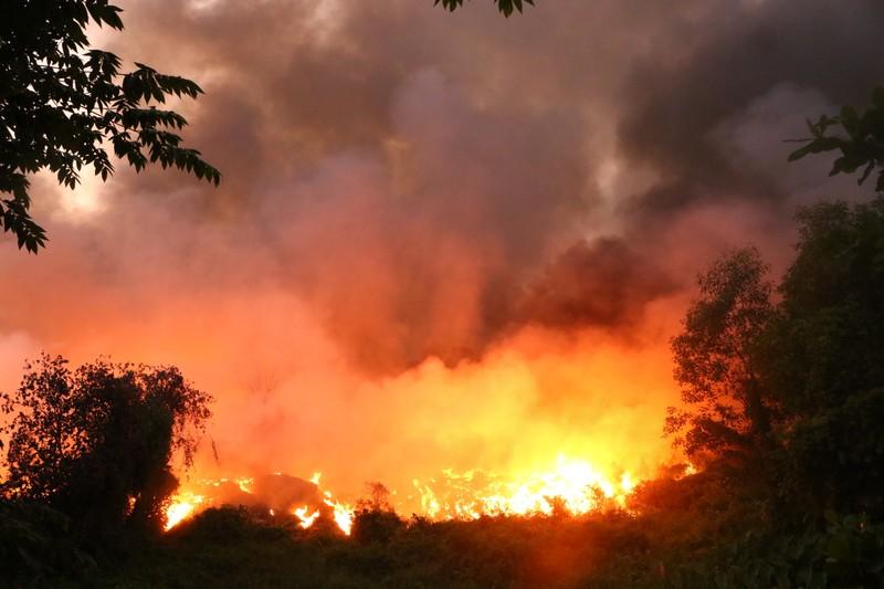 Người dân Bình Dương đổ xô đi xem cháy lớn ở bãi rác - ảnh 4