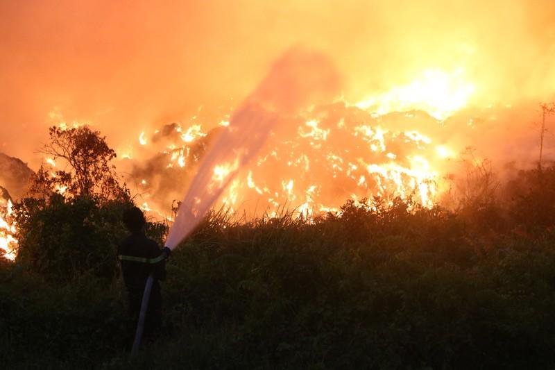 Người dân Bình Dương đổ xô đi xem cháy lớn ở bãi rác - ảnh 6