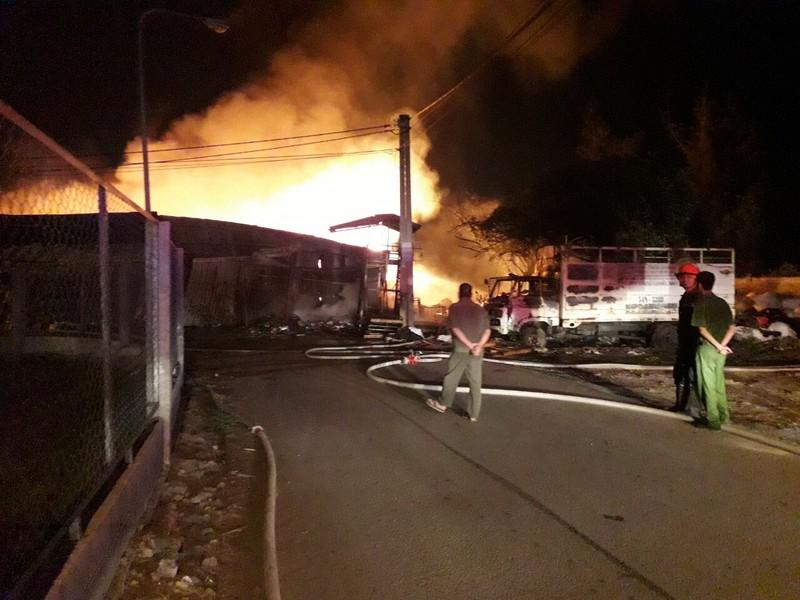Bãi tập kết rác thải công nghiệp tại Bình Dương bị cháy trụi - ảnh 1