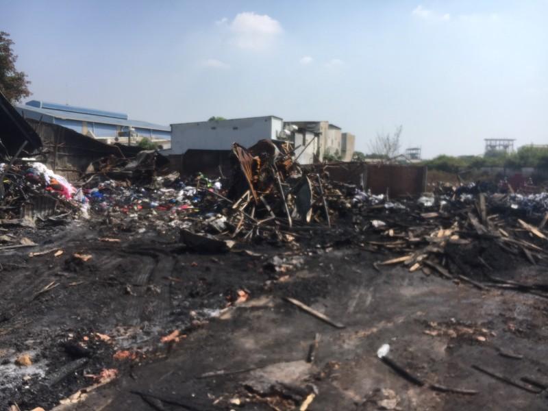 Bãi tập kết rác thải công nghiệp tại Bình Dương bị cháy trụi - ảnh 2