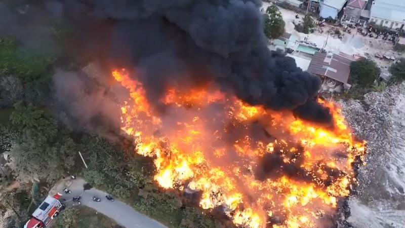 Bãi tập kết rác thải công nghiệp tại Bình Dương bị cháy trụi - ảnh 3