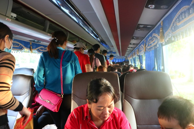 Hàng ngàn công nhân được về quê trên chuyến xe nghĩa tình - ảnh 8