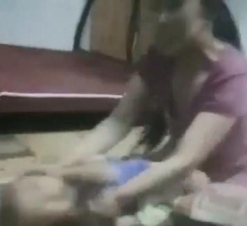 Người phụ nữ dùng dây thừng hành hạ bé trai tàn nhẫn - ảnh 1
