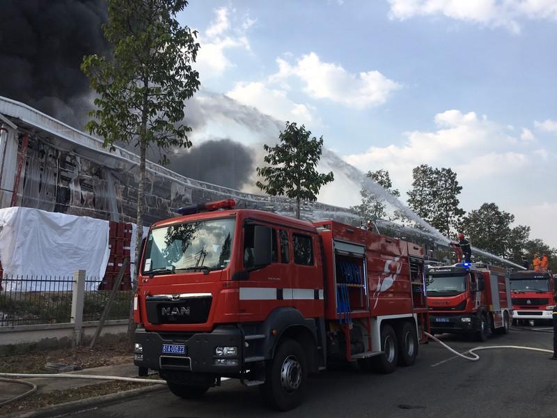 Bình Dương: Một công ty đang bốc cháy dữ dội - ảnh 9