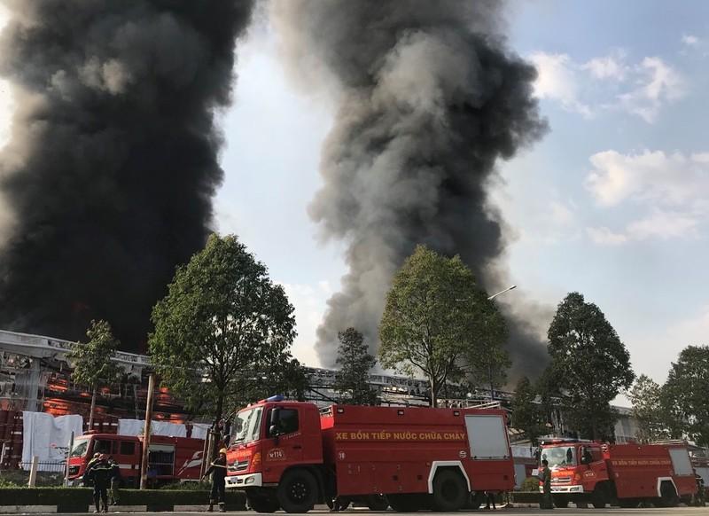 Bình Dương: Một công ty đang bốc cháy dữ dội - ảnh 14