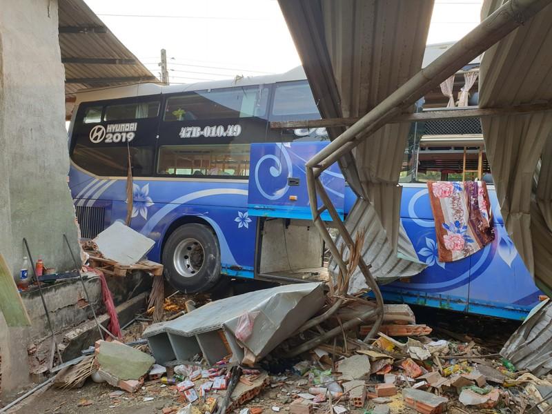 Ô tô tông nhau ở Bình Dương: 3 người chết, nhà dân bị sập - ảnh 2