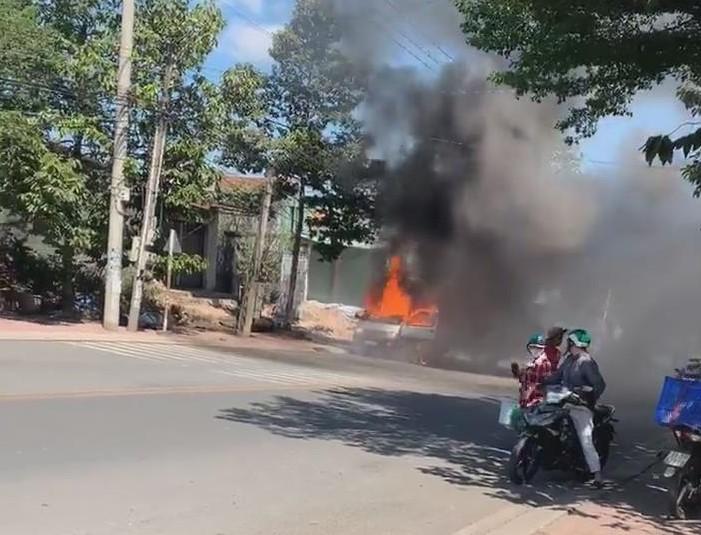 Bình Dương: Xe ô tô bốc cháy ngùn ngụt giữa đường - ảnh 1
