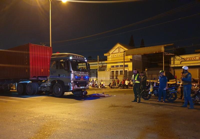 Xe máy chở 3 lao vào container, 3 người thương vong - ảnh 1