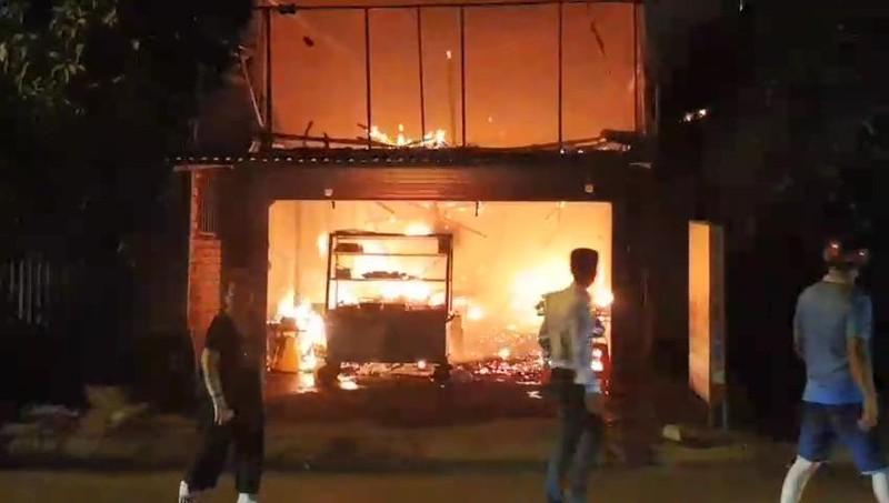 Quán cơm bị cháy, chủ quán đứng nhìn trong tuyệt vọng - ảnh 1