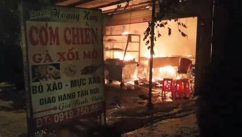 Quán cơm bị cháy, chủ quán đứng nhìn trong tuyệt vọng - ảnh 2