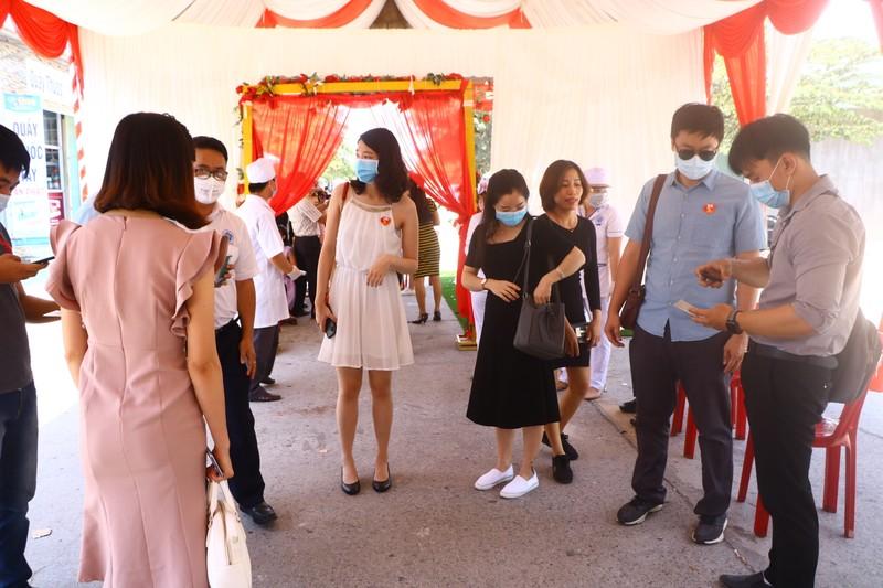 Đo thân nhiệt khách dự đám cưới của cô dâu Việt và chú rể Hàn - ảnh 6
