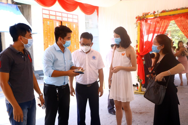 Đo thân nhiệt khách dự đám cưới của cô dâu Việt và chú rể Hàn - ảnh 5