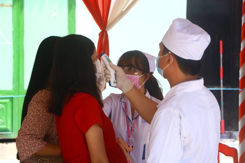 Đo thân nhiệt khách dự đám cưới của cô dâu Việt và chú rể Hàn - ảnh 3