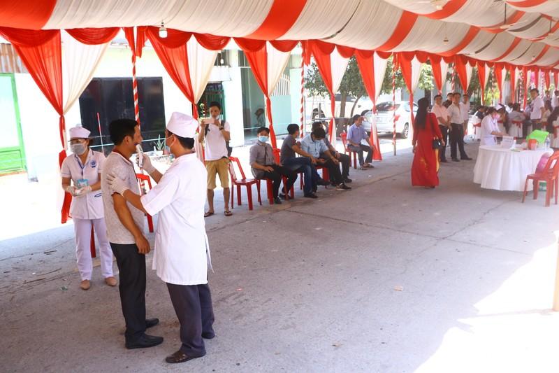Đo thân nhiệt khách dự đám cưới của cô dâu Việt và chú rể Hàn - ảnh 2