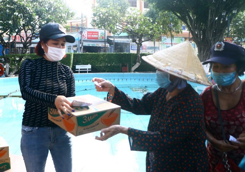 Bình Dương: Ngàn người bán vé số dạo được nhận quà  - ảnh 1