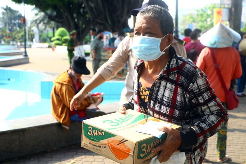 Bình Dương: Ngàn người bán vé số dạo được nhận quà  - ảnh 2
