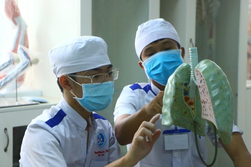 47 sinh viên trường y tình nguyện vào khu cách ly chống dịch - ảnh 3