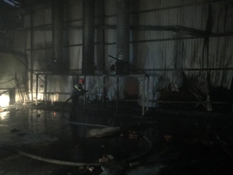 Công ty gỗ tại Bình Dương bốc cháy dữ dội  - ảnh 1