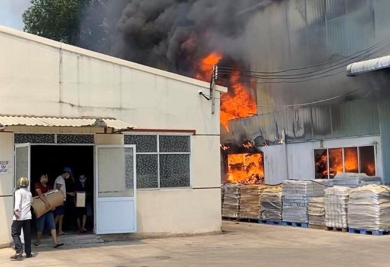 1 công ty sản xuất đồ gốm ở Bình Dương bốc cháy dữ dội - ảnh 2