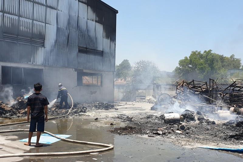 1 công ty sản xuất đồ gốm ở Bình Dương bốc cháy dữ dội - ảnh 4